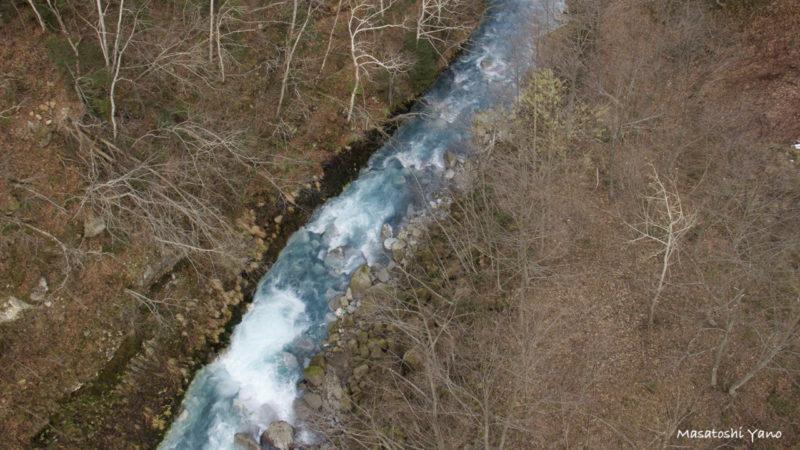 秋の青い川
