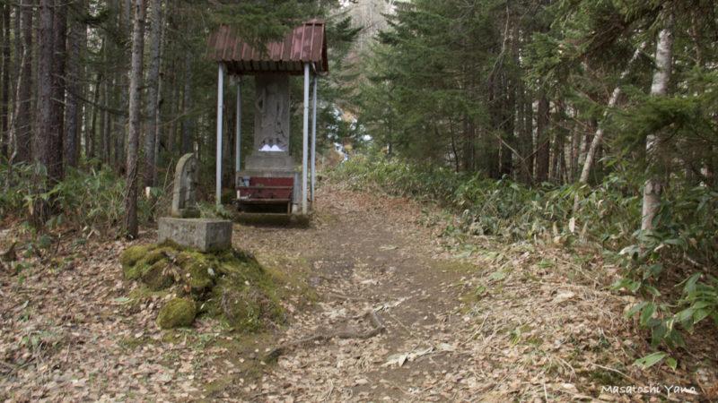 北海道美瑛町の不動の滝の途中にある不動像