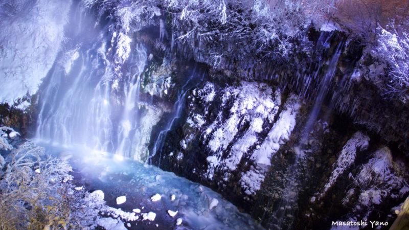 ライトアップされた白ひげの滝