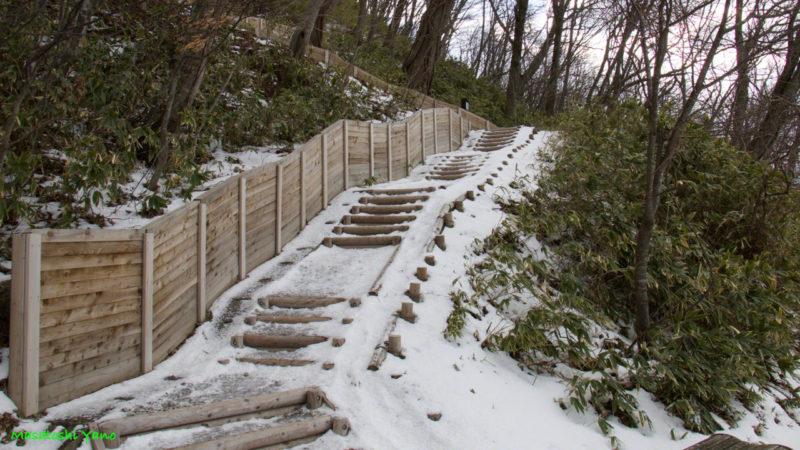 北海道にある支笏湖の高台につづく階段