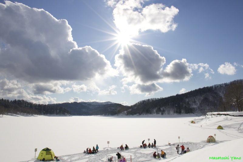 桂沢湖でワカサギ釣りをする家族