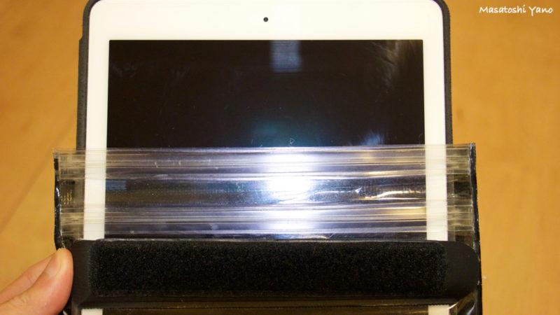 iPadAir2の防水ケースにiPadAir2を入れる写真