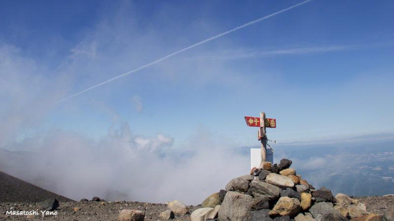 十勝岳と飛行機雲