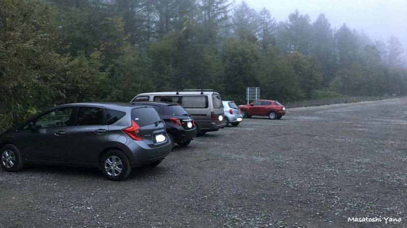早朝の青い池の駐車場