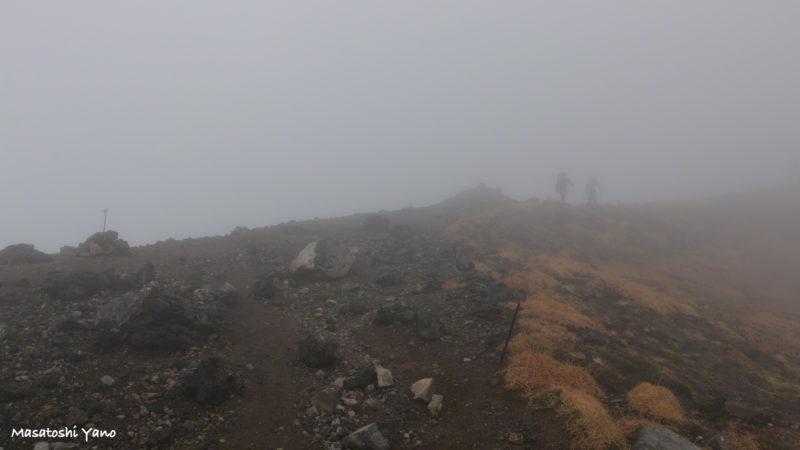 旭岳9合目に霧でホワイトアウトしている写真