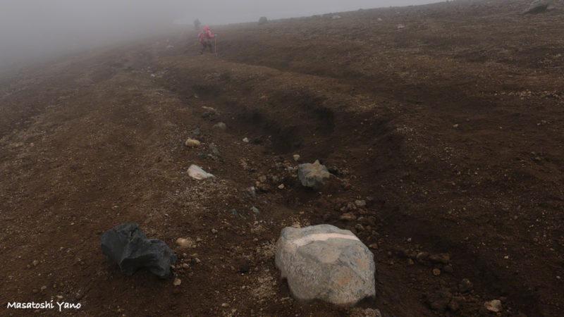 旭岳山頂から間宮岳へ向かう山道