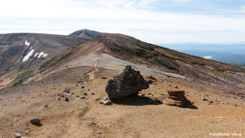 お鉢平、山道にある岩