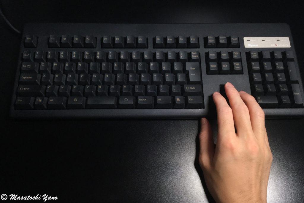 フルサイズキーボードで矢印キーの場所に手を置いた